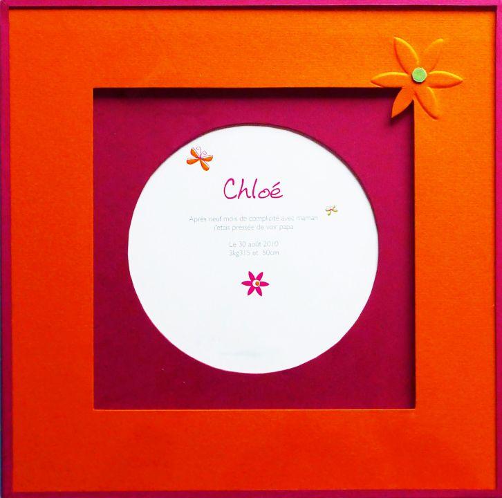 Faire-part de naissance. Passe-partout ouverture ronde couleur prune et au dessus ouverture carré couleur orange. Fermeture papier couleur prune