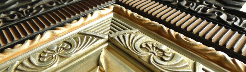 Photo couleur de quatre baguettes bois doré ou noir. De styles de moulures différentes contemporaine ou début vingtième siècle.