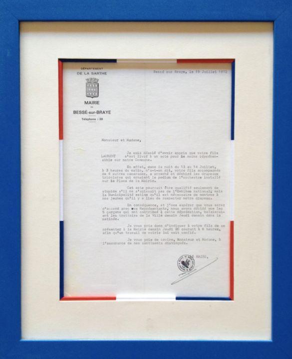 Encadrement d'une lettre d'une mairie française. Passe-partout papier blanc. Biseau droit fantaisie reprenant les couleurs républicaines : bleu, blanc, rouge. Baguette bois teinté bleu.