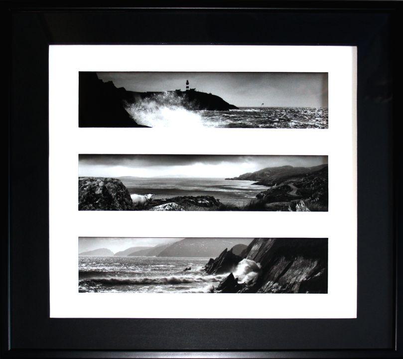 Encadrement triptyque photos contemporaines Irlande. Passe-partout trois fenêtres papier noir. Biseau droit noir à l'aplomb. Baguette bois laqué noir.